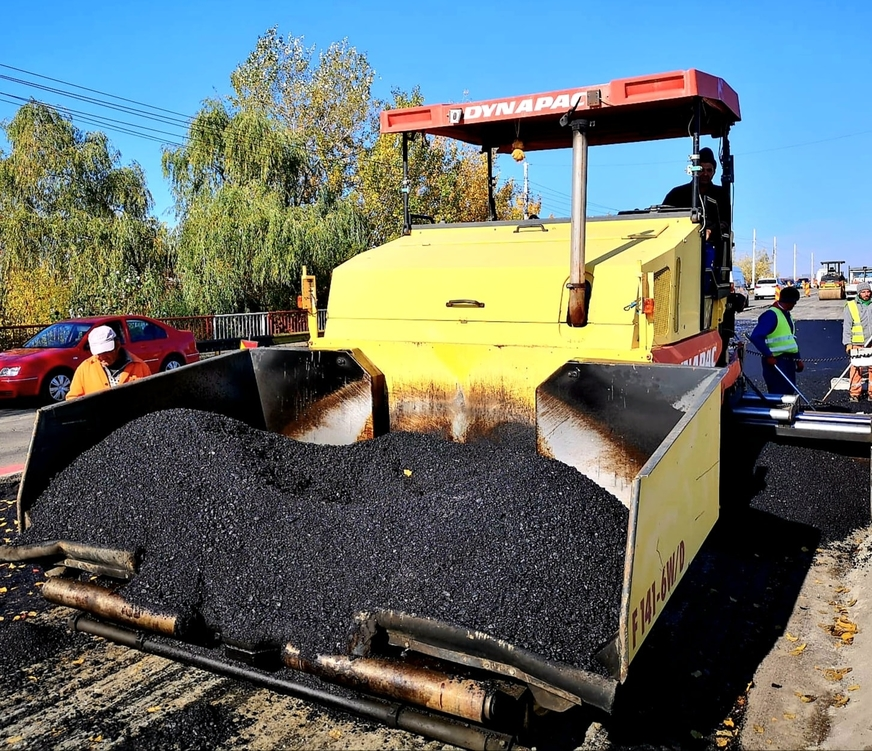 Târgovişte – Se asfaltează pasajul peste calea ferată, din zona Pavcom