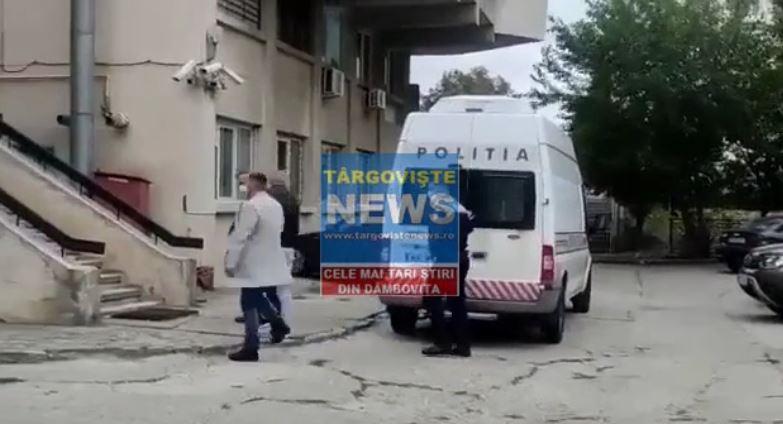 VIDEO – Doi indivizi, arestaţi după ce ar fi furat peste un kilogram de aur şi zeci de mii de lei dintr-o sală de jocuri