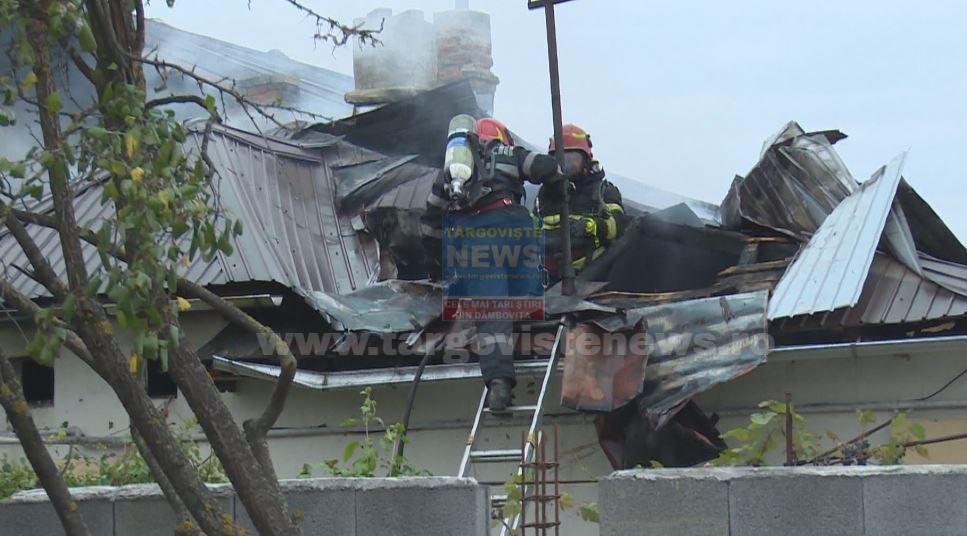 FOTO – VIDEO: Flăcări violente au cuprins două case, în Lazuri