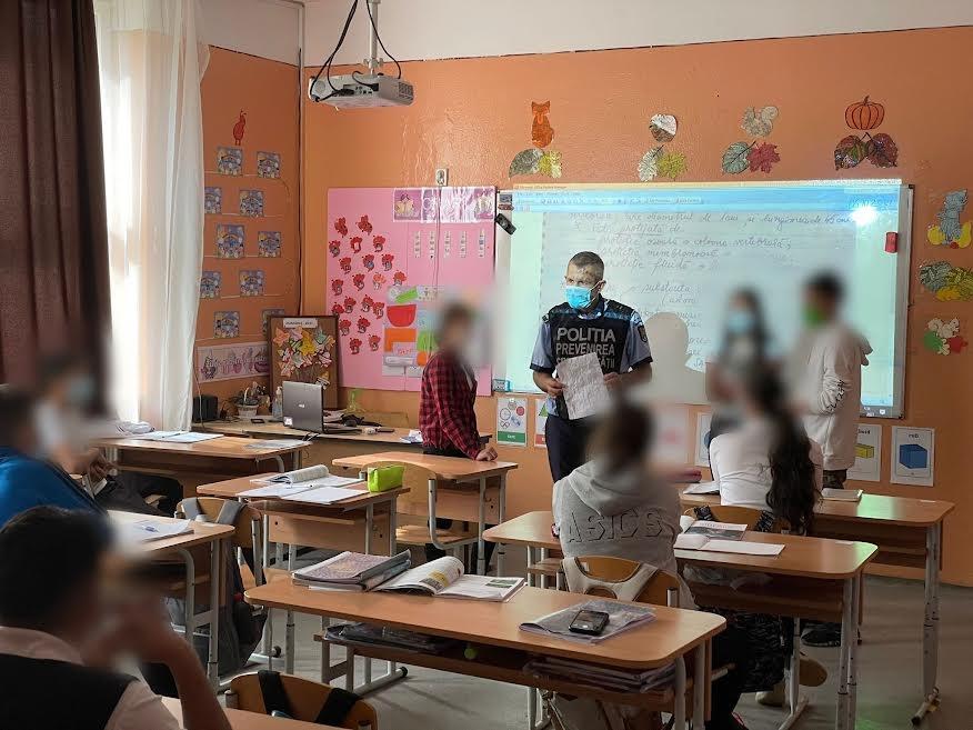 Poliţiştii merg în şcoli pentru a le vorbi elevilor despre prevenirea violenţei